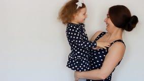 Una madre felice tiene un bambino nelle sue armi, esprime l'amore materno Abbracci e baci video d archivio