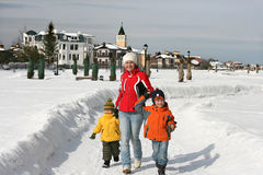 Un paseo de la familia en pista de la nieve Fotografía de archivo