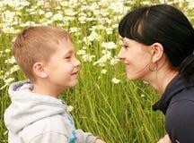 Una madre feliz con un niño Fotos de archivo libres de regalías