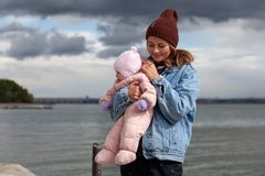 Una madre femenina joven fotografía de archivo