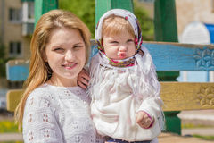Una madre joven con un bebé en sus brazos Fotos de archivo