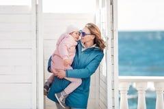 Una madre joven y un peque?o paseo de la hija foto de archivo
