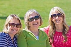 Una madre maggiore con le sue figlie adulte Immagini Stock Libere da Diritti