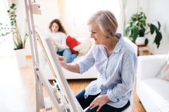 Una madre o una abuela con un adolescente en casa Foto de archivo