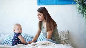 Una madre sta giocando con sua figlia  di giorno, una donna sta baciando un bambino stock footage