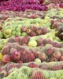 Una maglia insacca delle mele di recente selezionate per l'industria del succo sul primo mattino Fotografia Stock Libera da Diritti