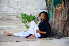 Una Malang un asistente de la capilla en Baba Bulleh Shah Tomb Fotos de archivo