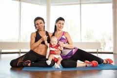 Una mamá de los deportes con un niño y un instructor personal imágenes de archivo libres de regalías