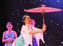 Una manciata di ballo delle ombrello-gente della carta cerata Fotografie Stock Libere da Diritti