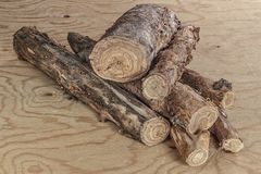 Una manciata di legna da ardere unclosed per sostenere il fuoco immagine stock