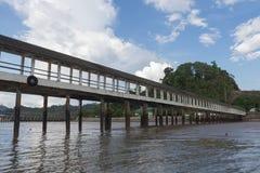 Una manera larga del paseo al mar en la provincia del ranong Foto de archivo