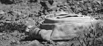 Una manguera abandonada del agua Fotos de archivo libres de regalías