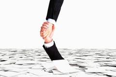 Una mano ayuda no a hundirse en el mar del papel, conce de la burocracia Imagen de archivo