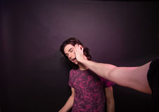 Una mano che colpisce l'altro fronte dell'uomo Fotografia Stock Libera da Diritti
