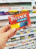 Una mano che tiene il pacchetto di Tylenol Fotografia Stock