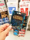 Una mano che tiene una lega della carta di regalo di leggende Immagine Stock Libera da Diritti