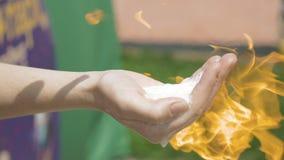 Una mano con la sostanza infiammabile è messa su fuoco video d archivio