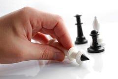 Una mano con scacchi fotografia stock libera da diritti