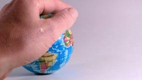 Una mano de un hombre, acaricia un globo, cantidad ideal para explicar problemas de la ecología y de la bioética almacen de metraje de vídeo