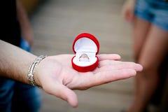 Una mano de un hombre con un anillo Imagen de archivo