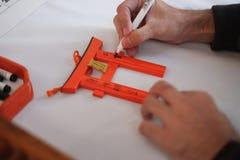 Una mano del hombre Él que escribe al suyo deseo en el pequeño Torii gatese Imágenes de archivo libres de regalías