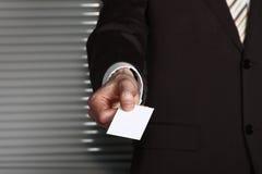 Una mano del hombre de negocios con una tarjeta fotos de archivo