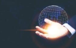 Una mano del hombre que lleva a cabo la tecnología de red global digital digital imagen de archivo