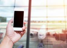 Una mano del hombre que sostenía la pantalla vacía del teléfono elegante empañó el aire de la foto Foto de archivo libre de regalías