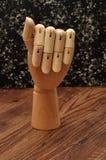 Una mano del manichino che firma la lettera a Immagini Stock Libere da Diritti