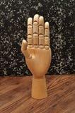 Una mano del manichino che firma la lettera b Immagini Stock Libere da Diritti