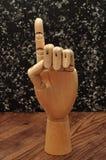 Una mano del manichino che firma la lettera d Fotografia Stock Libera da Diritti