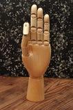 Una mano del manichino che firma la lettera f Immagini Stock Libere da Diritti