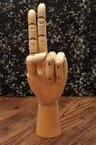 Una mano del manichino che firma la lettera u Fotografia Stock Libera da Diritti
