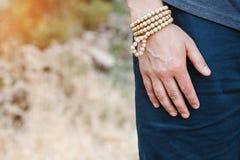Una mano del ` s dell'uomo con un braccialetto fotografie stock libere da diritti