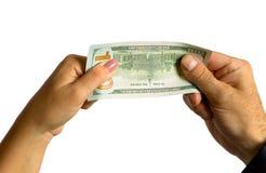 Una mano del ` s dell'uomo e una mano del ` s della donna tengono una fattura del cento-dollaro Immagine Stock Libera da Diritti