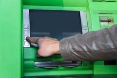 Una mano del ` s dell'uomo sta spingendo il bottone Fotografie Stock Libere da Diritti