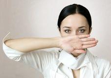 Una mano dell'infermiera della ragazza che copre il fronte Immagini Stock