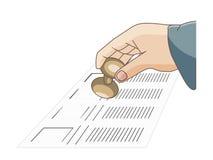 Una mano dell'uomo che tiene una guarnizione su una scheda elettorale al voto Immagine Stock Libera da Diritti