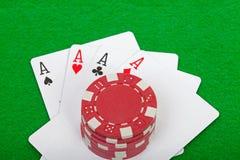 Una mano di mazza di quattro schede e chip di gioco degli assi Fotografia Stock