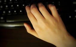 Una mano en el teclado Fotos de archivo libres de regalías