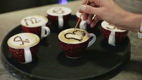Una mano femminile che attinge caffè video d archivio