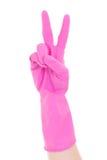 Una mano más limpia en el guante de goma rosado que gesticula la victoria aislada encendido Fotos de archivo libres de regalías