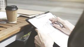 Una mano masculina en el bosquejo en el café afuera imagen de archivo libre de regalías