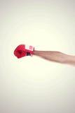 Una mano nel telaio che porta i guantoni da pugile rossi immagini stock libere da diritti