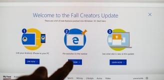 una mano pov que selecciona de la pantalla la recepción del botón a imagen de archivo libre de regalías