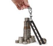 Una mano que da a un hombre dibujado moneda, colocándose en las escaleras de la pirámide del dinero Imágenes de archivo libres de regalías