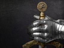 Una mano in un guanto antico del ` s del cavaliere Fotografie Stock