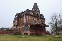 Una mansión vieja majestuosa con Front Porch abierto Fotos de archivo libres de regalías