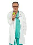 Una manzana al día mantiene al doctor ausente Foto de archivo