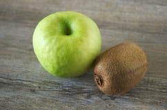 Una manzana con un kiwi Imagen de archivo